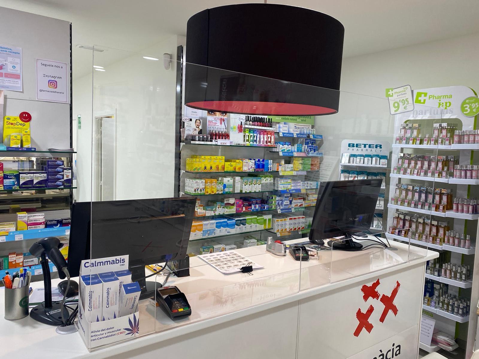 Mampara protectora de metacrilato en una farmacia