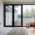 ¿Qué es mejor para mi hogar, puertas correderas o abatibles?